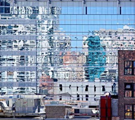 """Andrea y Rob Stone, para su serie  """"City Reflections"""", inspirada en los abstractos reflejos de diferentes superficies reflectantes de la ciudad"""